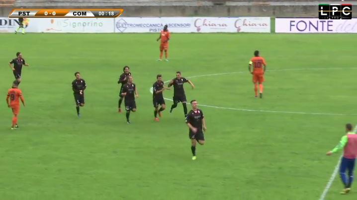 Matteo Chinellato (Como) corre verso la propria panchina per festeggiare il suo gol lampo